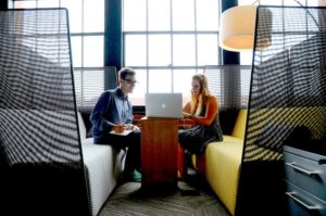 Giovani professionisti in un incontro di lavoro al computer