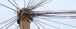 Palo telefonico con confusione di cavi aggrovigliati: un glossario semplice per termini di internet e banda larga
