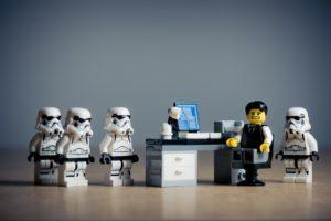 Ufficio attività con capo in crisi (lego)